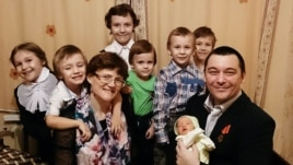 Svetlana Davydova, husband Anatoly Gorlov, and their seven children