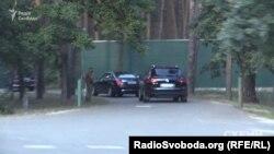Там, за парканом – заміський маєток Віктора Пінчука
