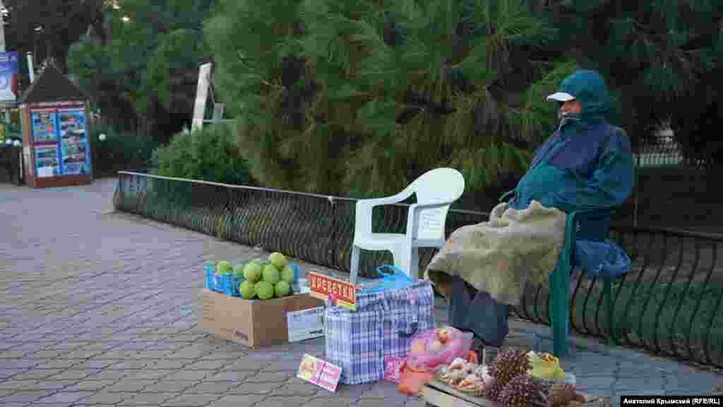 Продавец местных деликатесов на набережной