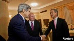 John Kerry, Nicolae Timofti şi Iurie Leancă la reşedinţa de stat din Chişinău