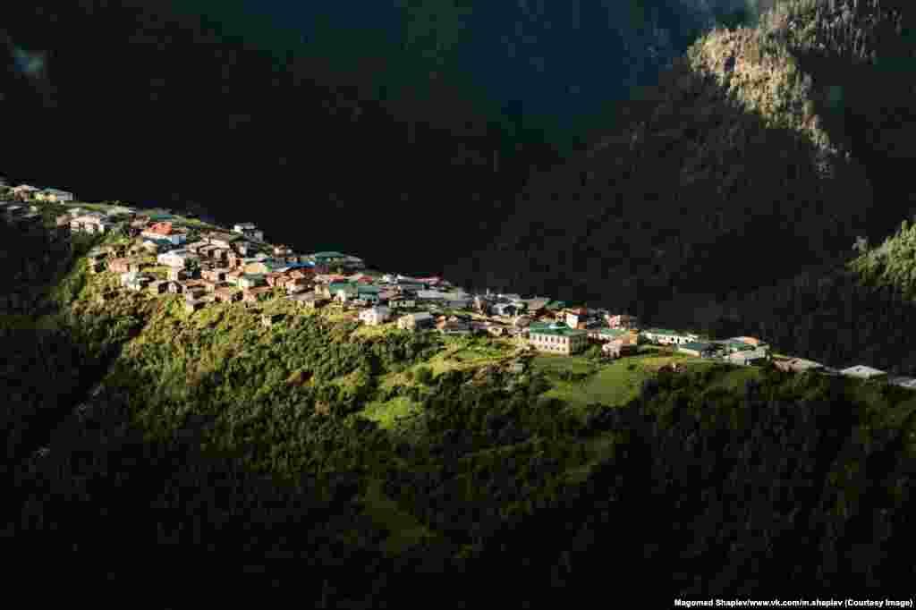 Деревня Талсух расположена на границе Дагестана с Грузией. Фотографии Шапиева сделаны во время его пеших экспедиций в горы со своими друзьями