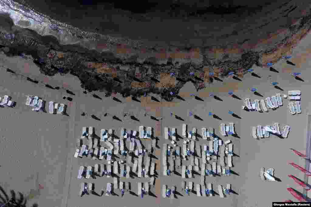 Oil that leaked from a small oil tanker that sank on September 10 is seen next to sunbeds and folded umbrellas on the beach of Agios Kosmas at the riviera in Athens, Greece, on September 17. (Reuters/Giorgos Moutafis)