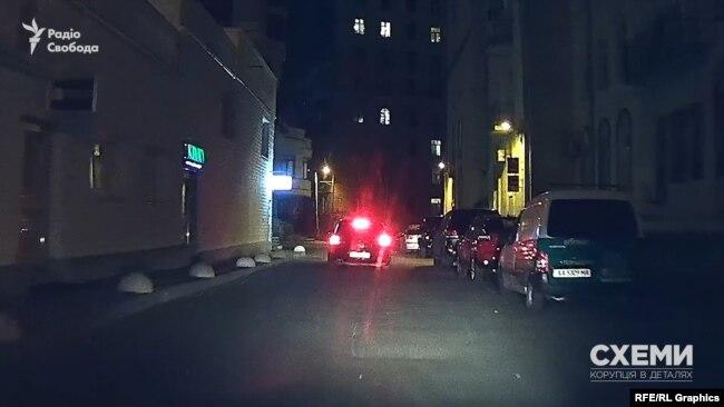 Цю ж Skoda журналісти помітили поблизу будівлі, де розташований офіс Хорошковського