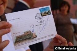 «Марки» угруповання «ЛНР» для спецпогашення клеїли на конверти «Укрпошти». Фото з сайту «ЛуганськІнформЦентр»