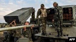 Ukrain esgerleri Lugansk şäheriniň eteginde. 18-nji awgust, 2014 ý.