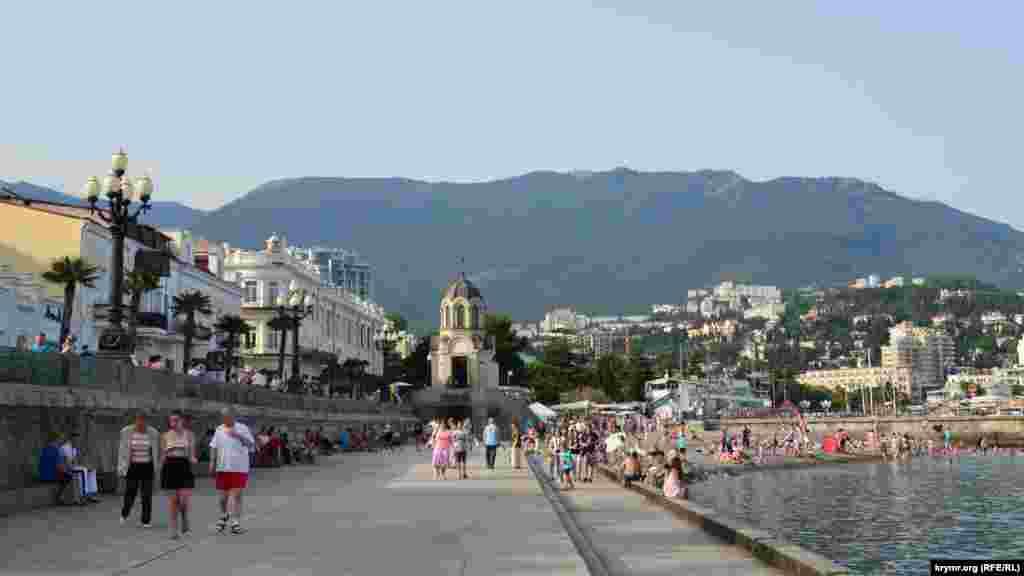 Люди гуляють нижньою набережною міста