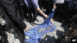 Protestuesit serbë djegin flamurin e NATO-s