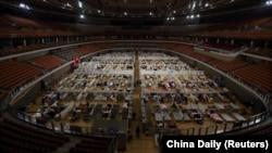 چین کې یو ورزشي لوبغالی چې په کرونا ویروس اخته ناروغانو لپاره ورڅخه روغتون جوړ شوی.