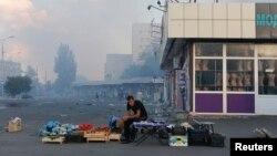 Одинокий торговец возле железнодорожного вокзала в Донецке, 29 августа