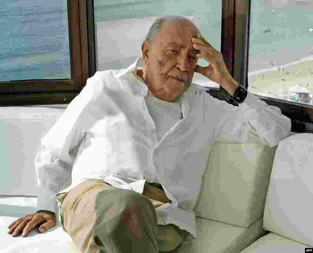 Architect Oscar Niemeyer in his office above Copacabana beach in Rio de Janeiro in 2003