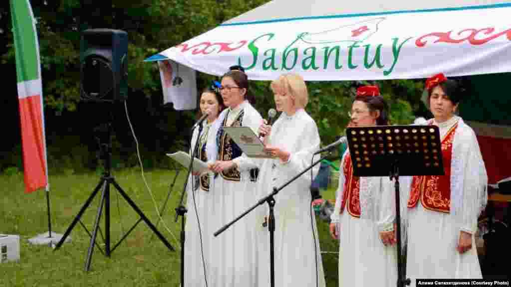 На Сабантуе выступают певцы, танцоры, как профессионалы, так и любители.
