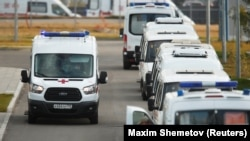 Mentőautók várakoznak egy Covid-betegeket ellátó kórháznál Moszkvában.