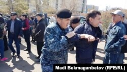 Задержание граждан у здания, в котором располагаются представительства иностранных дипломатических миссий. Астана, 10 мая 2018 года.