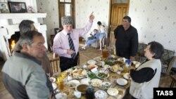Держа в правой руке стакан вина, старейшина обращается к Богу со своей просьбой
