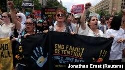 Актриса Сьюзан Сарандон протестует против решения разлучать детей нелегальных мигрантов с родителями. Это решение в числе прочих повлияло на желание большего числа женщин принять участие в политике