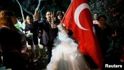 Нове турецьке подружжя завітало до парку Ґезі, щоб висловити солідарність з його захисниками, Стамбул, 9 червня 2013 року