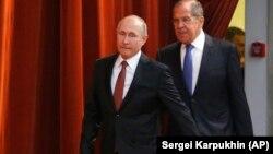 В. Путин и С. Лавров направляются на встречу с послами