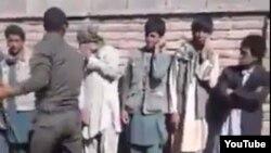 تصویری از فیلم منتشره از سیلی زدن یک «سرباز نیروی انتظامی» به صورت چند مهاجر افغان. رادیو فردا نمیتواند به طور مستقل صحتوسقم این فیلم را تایید کند.