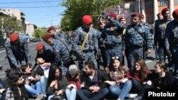 Демонстранты блокируют одну из улиц Еревана. 16 апреля 2018 года.