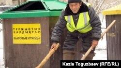 Мұхтар Пірназаров, қоқыс тазалаушы. Алматы, 13 наурыз 2012 жыл.
