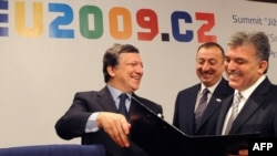 European Commission President Jose Manuel Barroso (left) shows Turkish President Abdullah Gul (right) and Azebaijani President Ilham Aliyev documents after the signing of the Nabucco pipeline agreement plan in Prague.