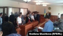 """Судья оглашает приговор обвиняемым в терроризме, проходящим по так называемому """"Делу Кошалакова"""". Астана, 14 августа 2013 года."""