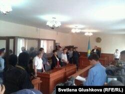 Сот Серік Қошалақов пен оның қасындағы бес адамға үкім оқып тұр. Астана, 14 тамыз 2013 жыл.