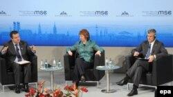 Hashim Thaçi (djathtas), Catherine Ashton (në mes) dhe Ivica Daçiq
