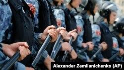 Полиция рұқсат етілмеген митинг кезінде алаңды қоршап тұр. Мәскеу, 3 тамыз 2019 жыл.