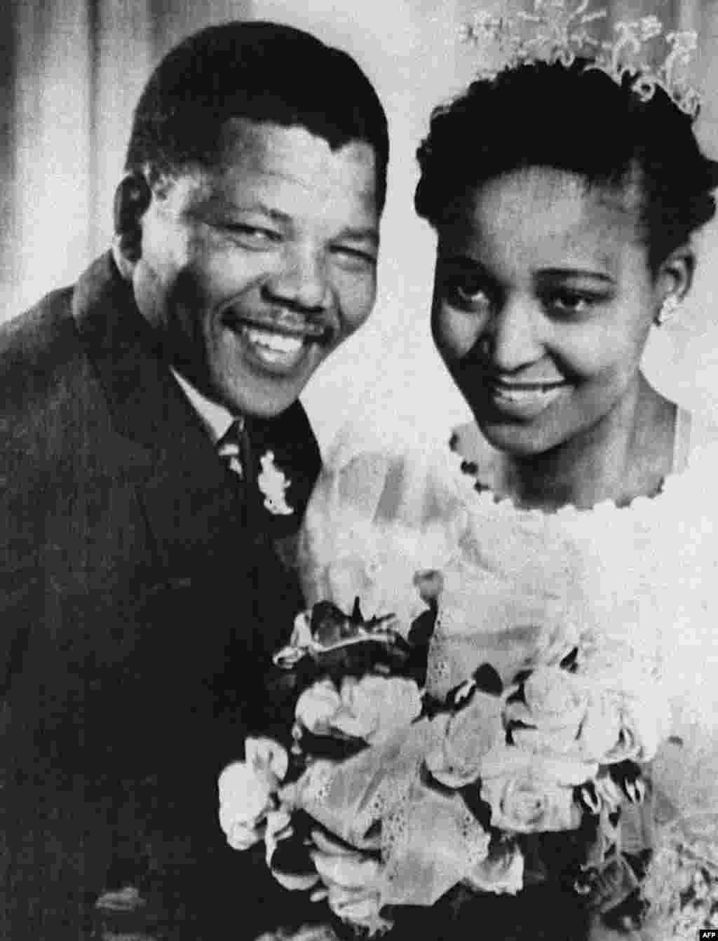 Нельсон Мандела со своей второй женой Винни позируют перед камерой в день свадьбы в 1957 году.