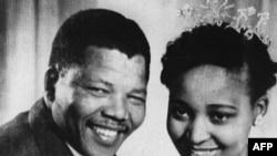 ახალდაქორწინებული ნელსონ მანდელა თავის მეუღლესთან, უინისთან ერთად (1957 წ.)