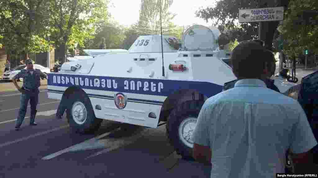 Поліцейський броньовик перекрив проспект Багрямана, Єреван, 22 червня 2015 року