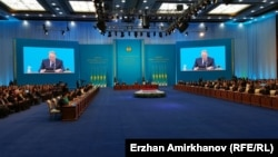 Қазақстан президенті Нұрсұлтан Назарбаев халыққа жолдауын оқып отыр. Астана, 30 қараша 2015 жыл.