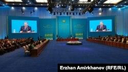 Қазақстан президенті Нұрсұлтан Назарбаев халыққа жылдық жолдауын оқып отыр. Астана, 30 қараша 2015 жыл.