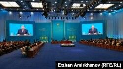 Слушающие послание президента Казахстана Нурсултана Назарбаева в зале Дворца Независимости. Астана, 30 ноября 2015 года.