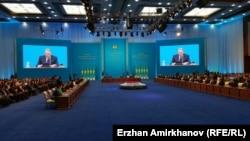 Зал Дворца Независимости, в котором выступает с посланием президент Казахстана Нурсултан Назарбаев. Астана, 30 ноября 2015 года.