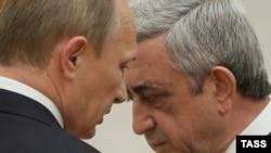 Президент России Владимир Путин (слева) беседует с президентом Армении Сержем Саргсяном. Иллюстративное фото.