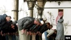 Луѓе на молитва во џамија