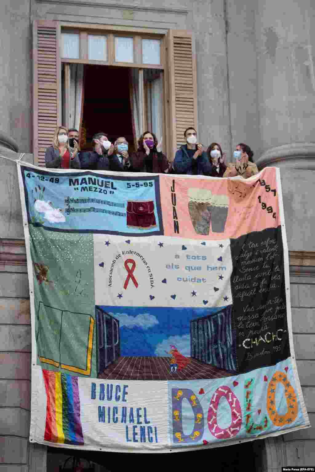 Spanyolország - Barcelona polgármestere néhány helyi tisztviselővel közösen helyezte el a katalán kormány épülethomlokzatán ezt az óriásplakátot, amelyre AIDS-áldozatok nevét írták fel.
