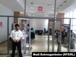 """В отделении """"Альянс банка"""" в Алматы. 19 августа 2014 года."""