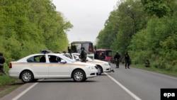 Украинские силовики на дороге вблизи Славянска