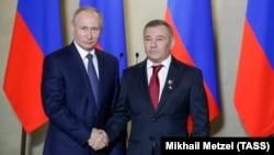 Володимир Путін нагороджує Аркадія Ротенберга почесним званням «Герой праці»