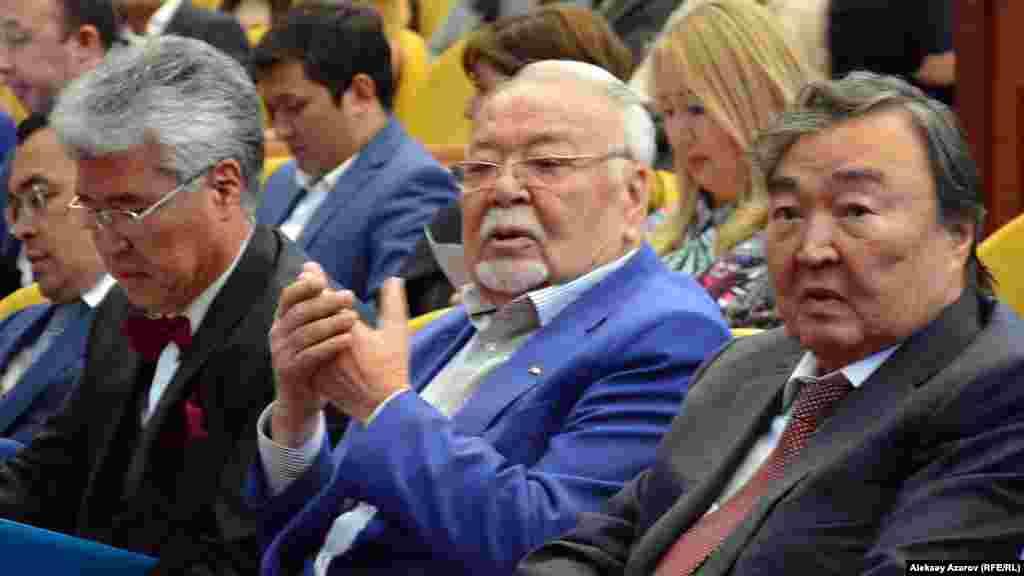 Министр культуры и спорта Казахстана Арыстанбек Мухамедиулы (слева), актер Асанали Ашимов, поэт и общественный деятель Олжас Сулейменов (справа).