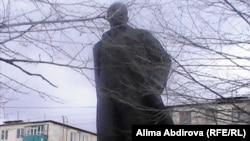 Памятник Ленину в Актобе. 22 апреля 2011 года.