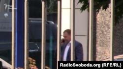 26 червня 2018-го. Бізнесмен Віталій Кропачова виходить з одного зі столичних бізнес-центрів