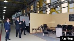 İlham Əliyev mebel fabrikinin açılışında.