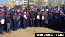 Аким Западно-Казахстанской области Алтай Кульгинов (в центре) фотографируется с работниками дорожного предприятия. Уральск, 9 апреля 2016 года.