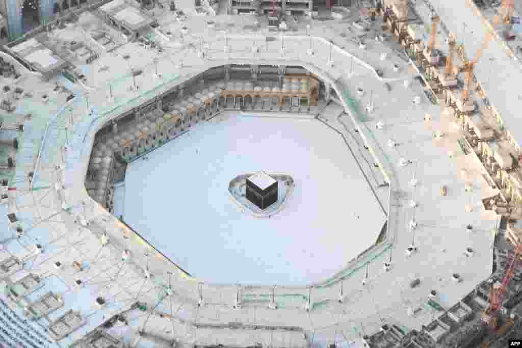 Вид с высоты птичьего полета на Каабу, которая находится во внутреннем дворе Заповедной мечети. В Саудовской Аравии с 17 марта действует запрет на проведение массовых молитв в мечетях. 767 случаев инфицирования зарегистрировали в этой стране по данным на 25 марта.