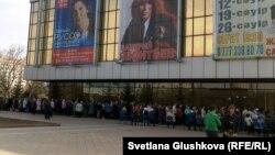 """""""Жастар"""" сарайында арзан жол жүру билетінің кезегіне тұрған зейнеткерлер. Астана, 13 сәуір 2011 жыл."""