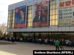 """Пенсионеры стоят в очереди возле дворца """"Жастар"""" за льготными проездными билетами. Астана, 13 апреля 2011 года."""